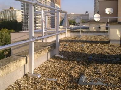 Toiture-terrasse avec garde-corps rabattables