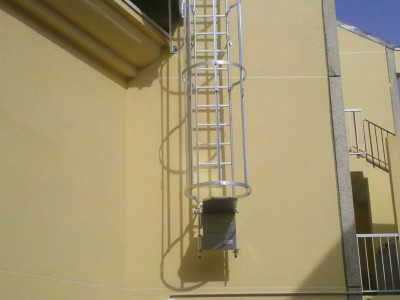 Échelle à crinoline pour accéder à un toit