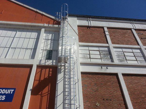 Installation d'une échelle à crinoline