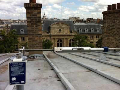 Point d'ancrage pour ligne de vie sur un toit