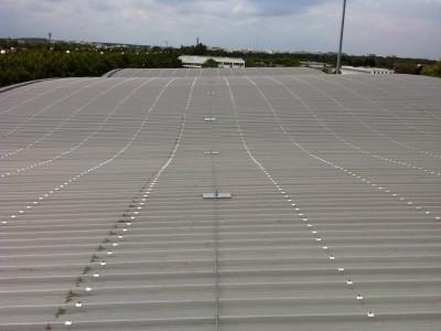Ligne de vie avec ancrages pour la protection d'un toit