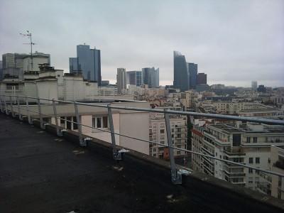 Installation de garde-corps pour sécuriser un toit