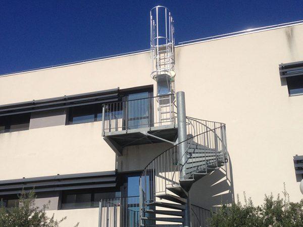 Installation d'un escalier industriel et d'un échelle à crinoline