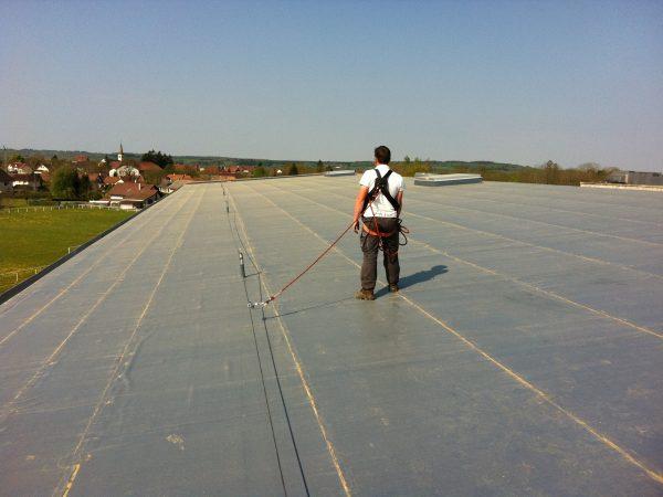 Exemple d'une ligne de vie sur toiture installée par Cleas Protection