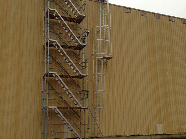 Sécurisation d'un accès à un toit avec une échelle à crinoline et un escalier métallique