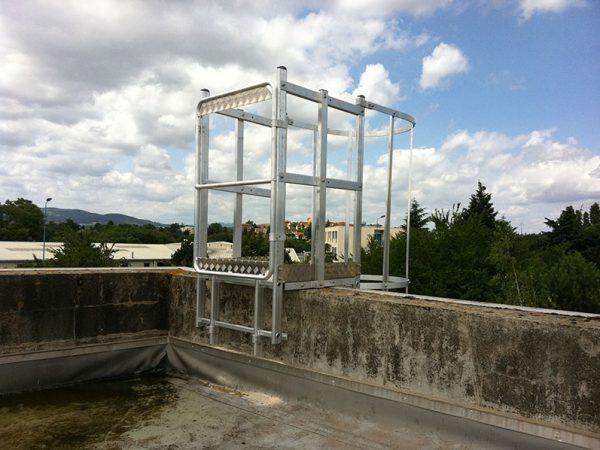 Accès à un toit avec échelle à crinoline