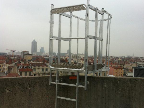 Accès de toit sécurisé pour échelle à crinoline