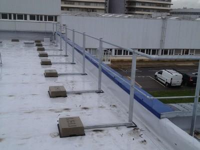 Sécurisation d'un bâtiment industriel avec garde-corps rabattables
