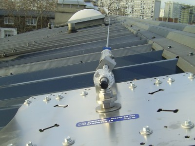 Sécurisation d'un toit avec ligne de vie et point d'ancrage